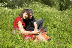 Couple with notebook Royalty Free Stock Photography