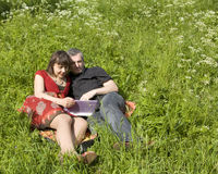 Couple with notebook Royalty Free Stock Photos