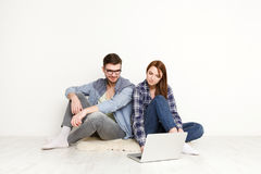 Couple ordering purchase on laptop computer Royalty Free Stock Photography