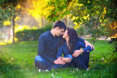 Couple outdoors enjoying a summery day looking happy Royalty Free Stock Photos