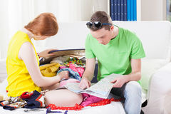 Couple while packing for vacation Royalty Free Stock Images
