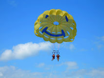 Couple parasailing Royalty Free Stock Photos