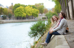 Couple in Paris, sitting at the edge of water Royalty Free Stock Photography