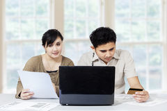 Couple paying bill online 1 Royalty Free Stock Images
