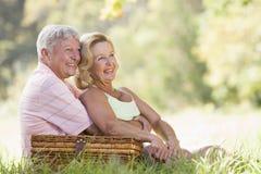 couple picnic smiling στοκ εικόνες με δικαίωμα ελεύθερης χρήσης