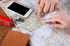 Free Couple Planning Travel To London, England Royalty Free Stock Photo - 97683785