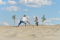 Couple playing football Royalty Free Stock Photography