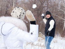 Couple playing snowball Royalty Free Stock Photos