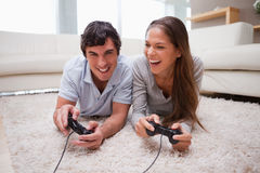 Couple playing video games together Royalty Free Stock Photos