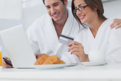 Couple purchasing online Royalty Free Stock Photos