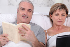 Couple reading in bed Royalty Free Stock Photo