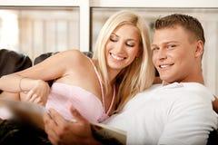 Couple reading a book Royalty Free Stock Photos