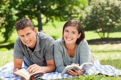 Couple reading a book Royalty Free Stock Images