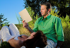 Couple reading a book Royalty Free Stock Photography
