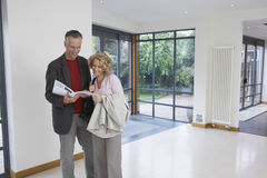 Couple Reading Brochure In New Property Royalty Free Stock Photos