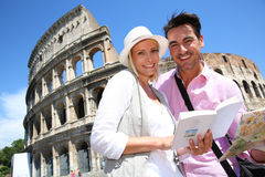 Couple reading city map in Rome Royalty Free Stock Photography
