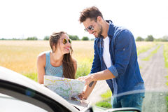 Couple reading a map Royalty Free Stock Photography