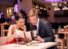Couple reading menu together Royalty Free Stock Photos