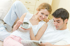 Couple reading in newspaper Royalty Free Stock Photography