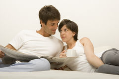 Couple reading newspaper Royalty Free Stock Images