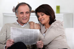 Couple reading the newspaper Royalty Free Stock Images