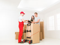 Couple receives package delivery Royalty Free Stock Images