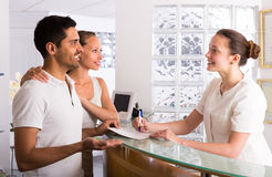 Couple with receptionist at clinic Royalty Free Stock Photos