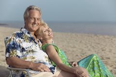Couple relaxing on beach Royalty Free Stock Photos
