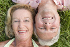 Couple relaxing outdoors and smiling Royalty Free Stock Photography