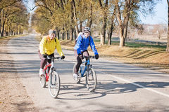 Couple riding bikes Royalty Free Stock Images