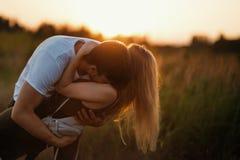 couple romantic sunset 2 люд в влюбленности на заходе солнца или восходе солнца Человек и женщина на поле Стоковое Фото