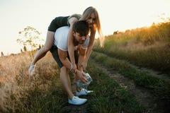 couple romantic sunset 2 люд в влюбленности на заходе солнца или восходе солнца Человек и женщина на поле Стоковая Фотография