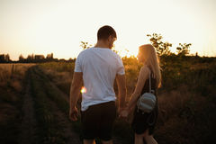 couple romantic sunset 2 люд в влюбленности на заходе солнца или восходе солнца Человек и женщина на поле Стоковое Изображение