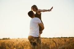 couple romantic sunset 2 люд в влюбленности на заходе солнца или восходе солнца Человек и женщина на поле Стоковое фото RF
