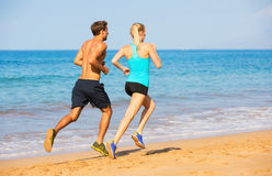 Couple running on the beach Royalty Free Stock Photos