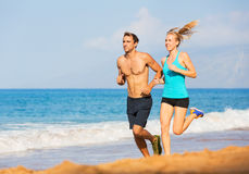 Couple running on the beach Royalty Free Stock Images