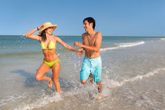 Couple running on Beach Royalty Free Stock Images