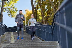 Couple running downstairs in city Royalty Free Stock Photography