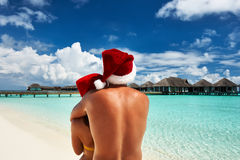Couple in santa's hat on a beach at Maldives Royalty Free Stock Photos