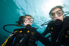 Couple of scuba divers looking at camera Royalty Free Stock Photos