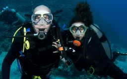 Couple scuba diving Royalty Free Stock Images