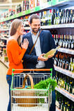 Couple selecting wine Royalty Free Stock Photos
