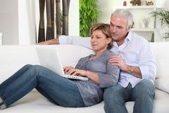 Couple sending an e-mail Royalty Free Stock Photos