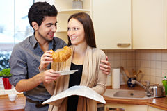 Couple sharing croissang Royalty Free Stock Photos