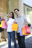 Couple with shopping bags in front of a store Royalty Free Stock Photos