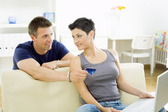 Couple shopping on internet Royalty Free Stock Photography