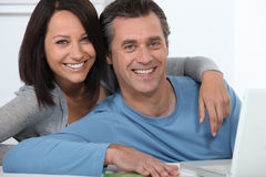 Couple shopping on-line Royalty Free Stock Photos