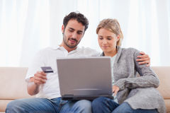 Couple shopping online Royalty Free Stock Photography