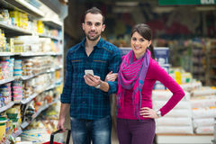 Couple Shopping At The Supermarket Royalty Free Stock Photography