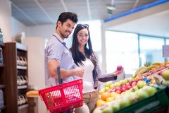 Couple shopping in a supermarket Royalty Free Stock Photography